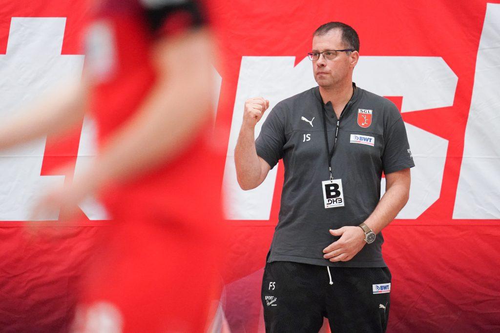 Frank Schmitt, Trainer der SG Leutershausen, zeigt die Faust.