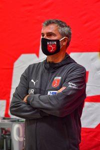 SGL-Gesellschafter Uli Roth mit einer Maske in der Heinrich-Beck-Halle.