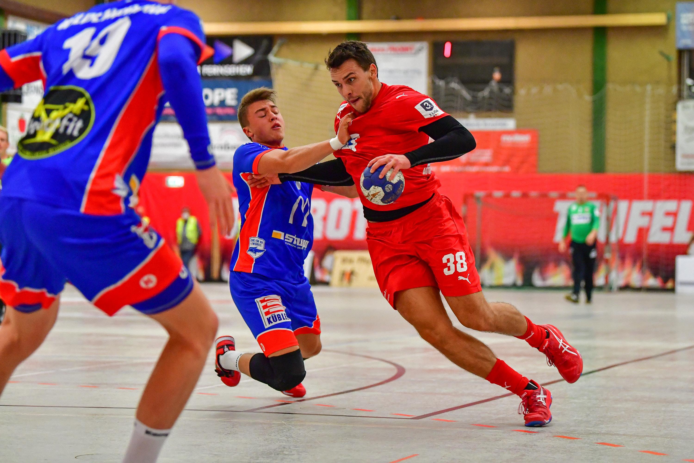 Kevin Bitz, Rückraumspieler der SG Leutershausen, setzt sich gegen Balingen-Weilstetten durch.