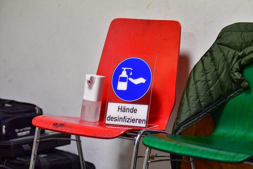 Desinfektionsmittel steht auf einem Stuhl beim Handballspiel.