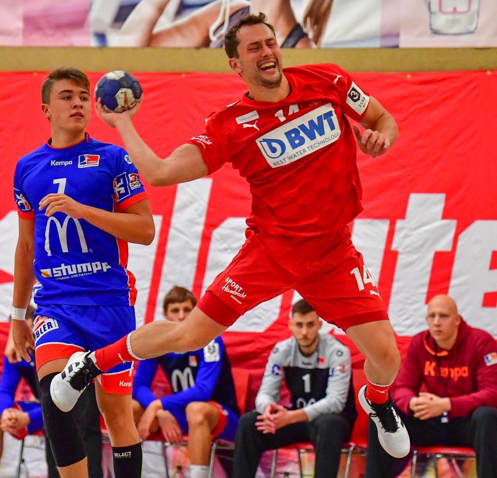 Philipp Jaeger, Handballer der SG Leutershausen, springt und wirft den Ball.