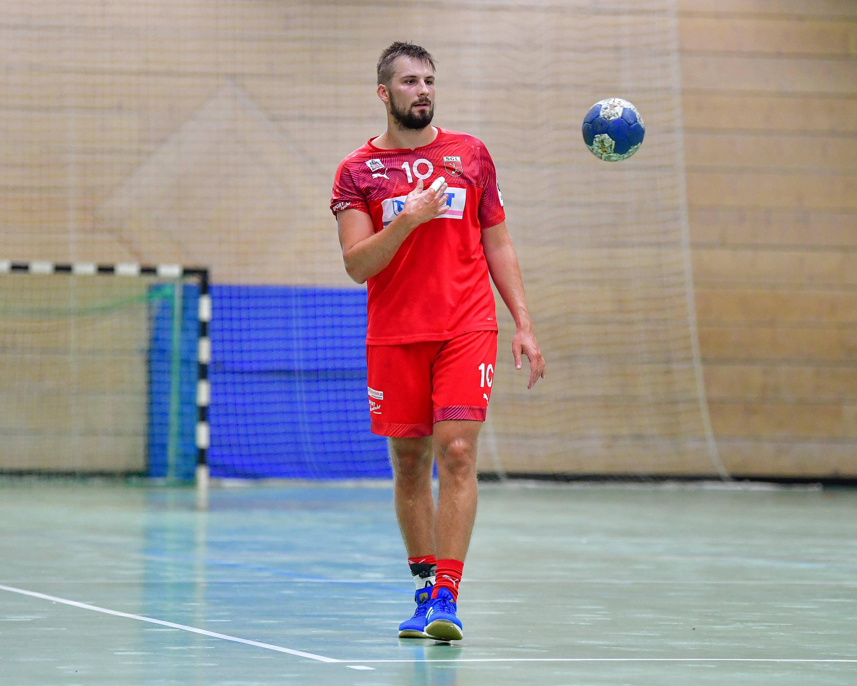 Maximilian Rolka von der Leutershausen wirft den Handball.