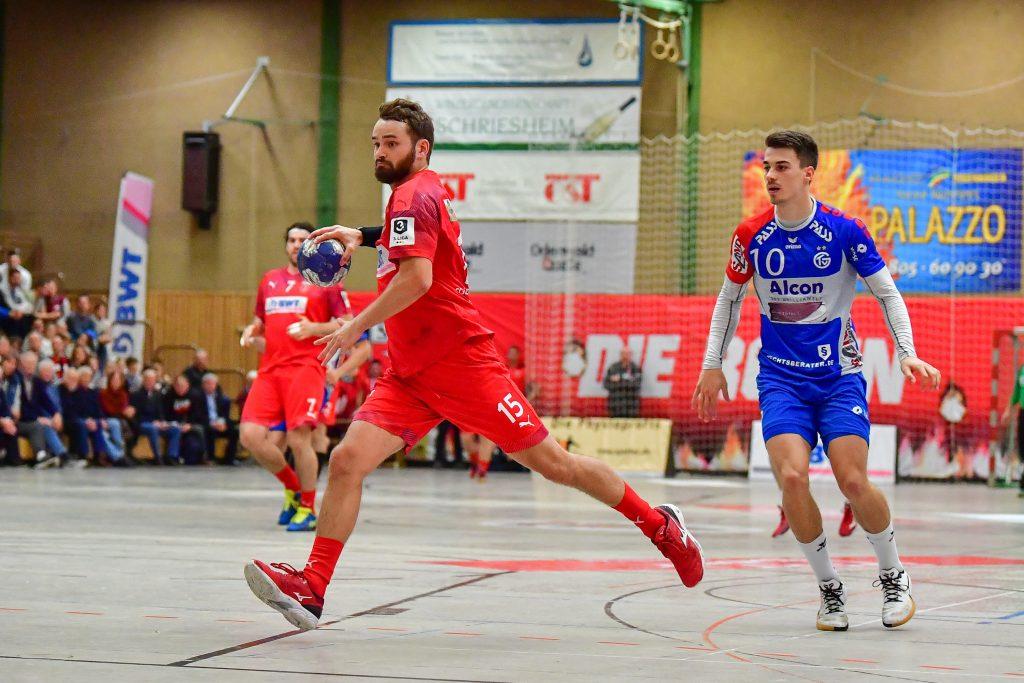 Niklas Ruß (l.), Kapitän und Linksaußen der SG Leutershausen, gegen Großwallstadt.