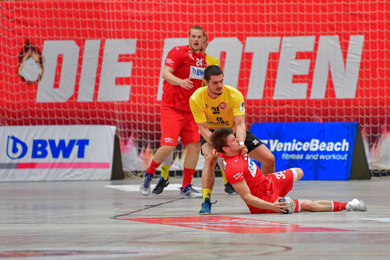 Yannick Muth im Zweikampf beim Handballspiel der SG Leutershausen gegen HG Oftersheim-Schwetzingen